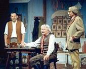 Ladislav Smoljak (in der Mitte) auf der Bühne des Jára-Cimrman-Theaters (Foto: ČTK)