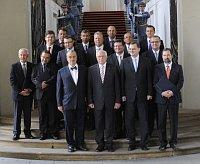Václav Klaus (erste Reihe in der Mitte) und die neue Regierung (Foto: ČTK)