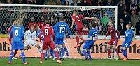 Pavel Kadeřábek (número 2) puso tablas en el marcador en la última jugada del primer tiempo del partido contra Islandia. Foto: ČTK.