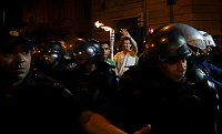 Бегун несет олимпийский огонь в Рио-де-Жанейро, Фото: ЧТК