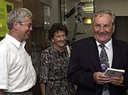Mirek Plavec (vpravo) převzal Nušlovu cenu za rok 2000, na snímku smanželkou aJiřím Grygarem, foto: ČTK