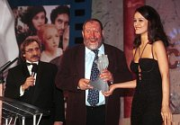 "Luboš Fišer mit dem Filmpreis ""Böhmischer Löwe"" (Foto: ČTK)"