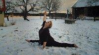 Вера Чаславска в конце фильма танцует на снегу и садится на шпагат