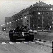 Sowjettruppen marschieren in die Tschechoslowakei ein (Foto: Dusan Neumann, Wikimedia Commons Free Domain)