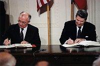 Mijaíl Gorbachov y Ronald Reagan firman el pacto de desarme, foto: public domain