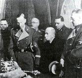 Рейнхард Гейдрих (слева) просматривает королевские регалии
