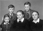 Les frères Josef et Ctirad Mašín avec leur sœur Zdena et la grand-mère Emma Nováková et la mère Zdena Mašínová
