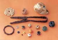 Funde aus dem Grab einer ca. 30-jährigen Frau in Hostivar