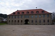 Kommandatur am Eingang zur KZ-Gedenkstätte Flossenbürg (Foto: www.wikimedia.org)