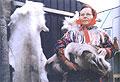 Laponci dnes většinou žijí vpohodlných obytných přívěsech. Prodej vlastnoručně zpracovaných kožešin ale přetrvává...