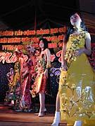 Zur Feier des Neuen Mondjahrs gehört auch eine Modeschau