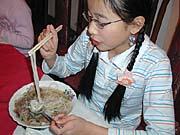 Die 12jährige Ha Ngoc Quyen stärkt sich nach ihrem Auftritt