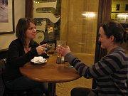 Оля с Кристиной в ресторане Малостранской беседы (Фото: Архив Чешского радио - Радио Прага)