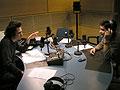 Ambos locutores gesticulan durante la grabación