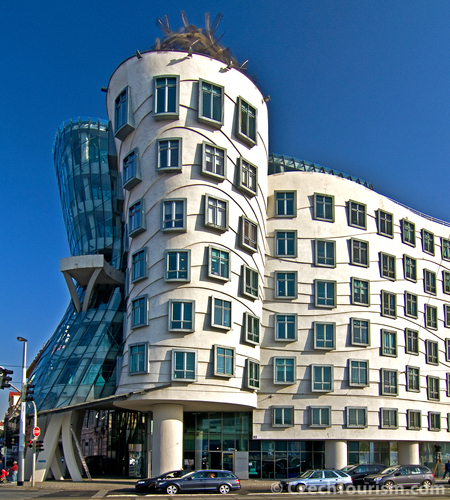 Once divisive Dancing House goes on market | Radio Prague