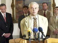Premiér Vladimír Špidla (vpředu) hovoří s novináři po jednání Bezpečnostní rady státu, foto: ČTK