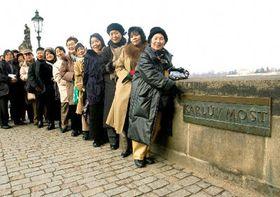 Японские исполнители на Карловом мосте, фото: ЧТК