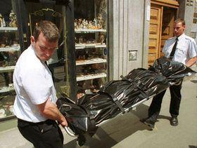 Работники похоронного бюро выносят тело застреленного врача (Фото: ЧТК)