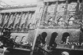Fasáda Národního muzea po střelbě vsrpnu 1968, foto: Národní archiv, Wikimedia Commons, Public Domain
