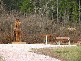 Dřevěná socha pána z Erbenovy balady Zlatý kolovrat