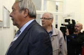 Obžalovaní (zleva) Karel Hájek aRudolf Peltan přicházejí kObvodnímu soudu pro Prahu 1 vsouvislosti sakcí Asanace, foto: ČTK / Šulová Kateřina