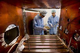 Les scientifiques tchèques avec des instruments développés pour le Solar Orbiter, photo: ČTK
