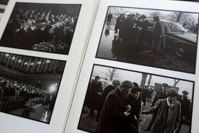 """репр. фото из книги """"Известие о похоронах поэта  Я. Сейферта в фотографиях Я. Крейчи"""", Volvox Globator 1995"""
