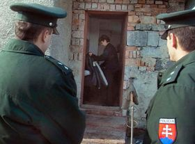 Полицейские у цыган в поселке Чаклов (Фото: ЧТК)