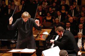 Lukáš Vondráček toca con la Orquesta de la Radiodifusión Checa, foto: Petr Horník / SOČR