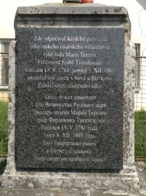 Памятный знак перед зданием, в котором отец Долли Фикельмон Федор Тизенгаузен (1782–1805) скончался от ран, полученных в Аустерлицком сражении, фото: архив Ольги Байрд-Яценко