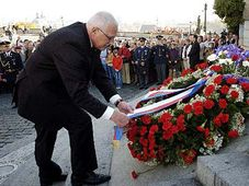 President Vaclav Klaus at the grave of the first Czechoslovak president T. G. Masaryk, photo: CTK