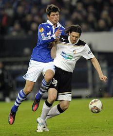 Klaas-Jan Huntelaar (Schalke) y Marián Čišovský (Pilsen), foto: ČTK