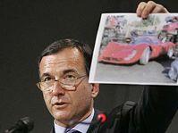 Evropský komisař Franco Frattini ukazuje fotografii s padělaným vozem Ferrari vyrobeným v Číně, foto: ČTK