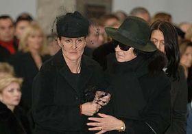 Vendula Svobodová (a la izquierda), los funerales de Karel Svoboda (Foto: CTK)