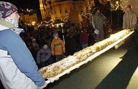 Trenza navideña de masa de 3,8 metros de longitud (Foto: CTK)