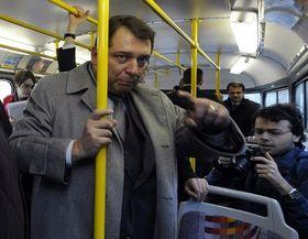 Jiří Paroubek en tranvía, foto: ČTK