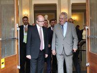 Премьер-министр Богуслав Соботка и президент Милош Земан во время встречи в марте 2014 г. (Фото: Архив Правительства ЧР)