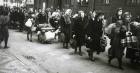 Vertreibung der deutschen Bevölkerung aus dem Stadtteil Holešovice (Foto: Archiv des Nationalmuseums in Prag)