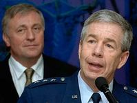 Le général Henry Obering et Mirek Topolanek, photo: CTK