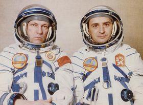 Sovetský pilot Rukavisnikov aOldřich Pelčák (vpravo), foto: Post Bellum