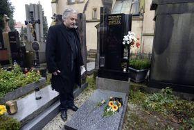 The president of the Czech Actors' Association Ondřej Kepka at Ivan Jandl's grave at Prague's Vyšehrad cemetery, photo: CTK