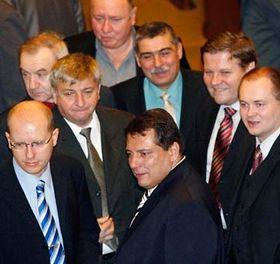 Předseda ČSSD Jiří Paroubek (vpředu uprostřed) vkruhu svých kolegů, foto: ČTK