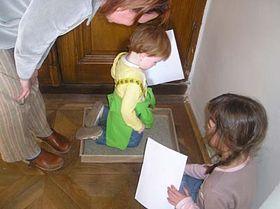 Jak se klečelo na hrachu si mohly děti vyzkoušet během výstavy Cestička do školy v Historickém muzeu ve Slavkově