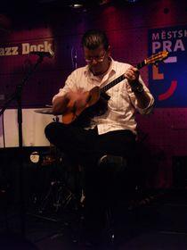 Henry Linárez tocando el cuatro, foto: Marta Agraz