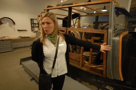 Гелена Чанаки показывает деревянный кузов машины, Фото: Архив Эвы Туречковой