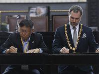 Pražský primátor Zdeněk Hřib (vpravo) a starosta Tchaj-peje Kche Wen-če podepsali partnerskou smlouvu o spolupráci mezi oběma městy, foto: ČTK/Ondřej Deml