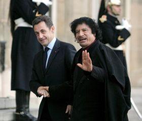 Nicolas Sarkozy y Muamar Gadafi, foto: ISIFA/ EPA/ MAYA VIDON