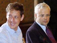 Vladimír Špidla (vpravo) a jeho nástupce Stanislav Gross, foto: ČTK