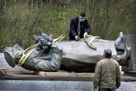 Демонтаж памятника маршалу Коневу в шестом районе Праги, фото: Михаела Данелова, ČRo