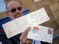 Иван Гануш держит в руках письмо из СССР, Фото: ЧТК
